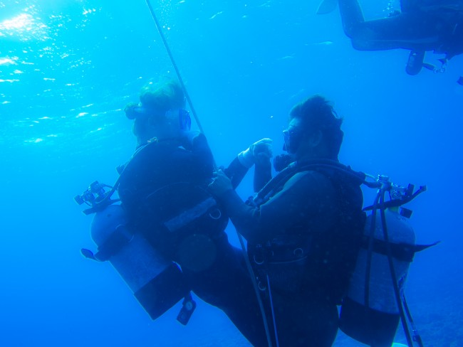 体験ダイビングはロープをつかんでゆっくり水中へ